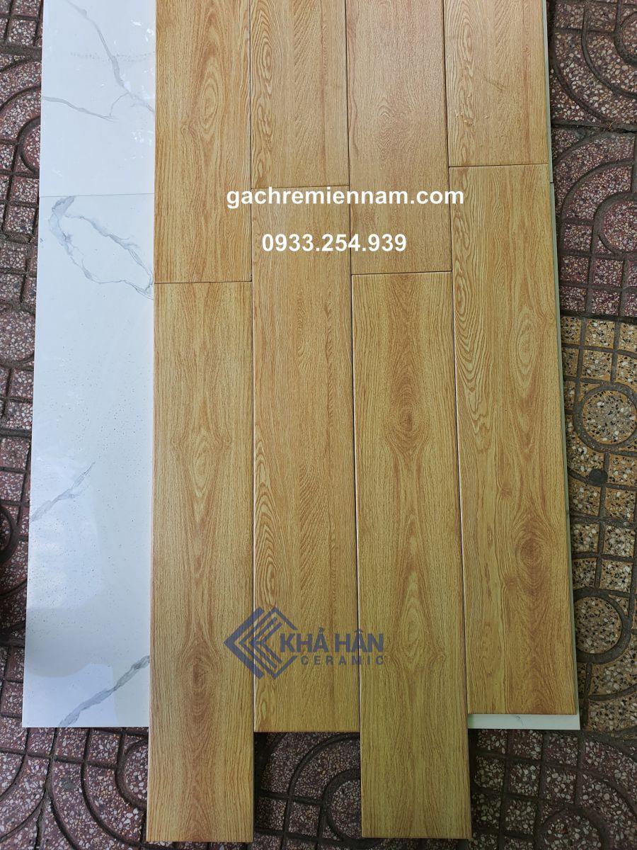 Gạch vân gỗ 15x80 CMC - gạch giả gỗ 15x80 giá rẻ   Chất liệu đá bán sứ, cho bề mặt vân gỗ cao cấp, bề mặt nhám chống trơn trượt, chống trầy xước Dễ thi công, chi phí rẻ, phù hợp với mọi loại khí hậu, chống thấm, chống ẩm rất tốt Bền màu, dễ lau chùi, không kiêng nước, tuổi thọ cao hơn gấp 2, 3 lần so với gỗ tự nhiên và gỗ công nghiệp mà giá thành lại rẻ hơn rất nhiều Sản phẩm không độc hại, thích hợp với lát nền nhà, nền phòng khách, phòng ngủ hoặc ốp tường trang trí... Màu sắc gạch lát nền vân gỗ tự nhiên mang lại sự ấm cúng, thanh lịch, gần gũi thiên nhiên cho ngôi nhà của bạn.